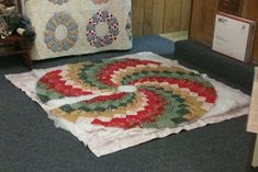 Here you see a gift I just finished this morning for my daughter. It is a spiral bargello style quilted tree skirt. I sewed on it all. Spiral Christmas Tree, Christmas Diy, Christmas Decorations, Christmas Tree Skirts Patterns, Sewing Rooms, Bargello, Quilt Patterns, To My Daughter, Quilts