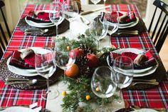 We stole inspiration from our holiday wardrobe to create a Christmas table that will warm your spirit and your frosty fingertips (we're looking at you, mitten utensil holders). Read on to find out how you can cozy up to this look.