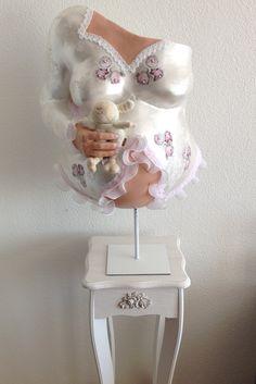 gipsabdruck vom babybauch verziert mit oberteil negligee und geburtsdaten vom baby zzgl. Black Bedroom Furniture Sets. Home Design Ideas