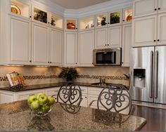 Tropical Brown Granite Kitchen Design Ideas, Pictures, Remodel and Decor Brown Granite Countertops, Best Kitchen Countertops, Kitchen Countertop Materials, Granite Kitchen, Kitchen Flooring, Glazed Kitchen Cabinets, Backsplash For White Cabinets, Upper Cabinets, Wall Cabinets