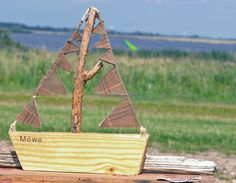 Man kann aus Holzresten verschiedene Boote bauen, jenachdem wie die Materialreste vorhanden sind. Der Mast besteht aus einem Treibholz.