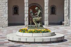 """Escultura de Josep Viladomat titulada """"La Puntaire"""" frente a la iglesia parroquial de Sant Pere Màrtir de Escaldes Andorra La Vella ( Principado de Andorra )"""