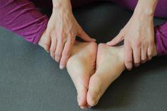 Yoga: Achtsamkeit auf die Füße beim Schmetterling