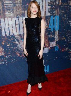 Emma Stone eligió un vestido midi de paillettes azul noche de Christian Dior. Lo combinó con unos salones negros de Christian Louboutin y joyas de Melissa Kaye.