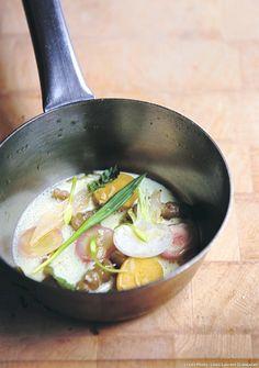 Qui réalise encore des bouillons de nos jours ? William Ledeuil ! Ce chef parisien fou d'Asie en a fait la base de sa cuisine.