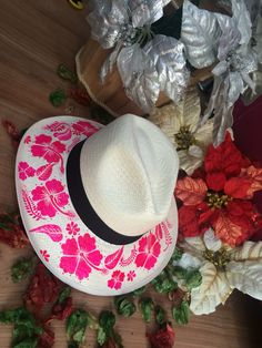 Luciana sombreros,100% pintados a mano  pedidos 3125681098- 3125366773 Painted Hats, Painted Clothes, Hand Painted, Vinyl Crafts, Diy And Crafts, Mad Hatter Hats, Diy Hat, Beach Accessories, Summer Design
