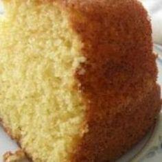 Receita de Bolo Gostoso Simples - 2 colheres (sopa) de manteiga, 2 xícaras (chá) de açúcar, 3 xícaras(chá) de farinha de trigo, 2 unidades de ovo, 1 xícara... Brazillian Food, Crockpot, Cornbread, Vanilla Cake, Coco, Holiday Recipes, Cheesecake, Food And Drink, Cooking Recipes