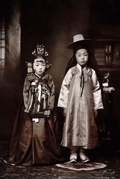 Korean children dressed for their wedding, 1916 (photo by Margaret G. Korean Photo, Korean Art, Korean Hanbok, Korean Dress, Korean Traditional Dress, Traditional Outfits, Vintage Photographs, Vintage Photos, China