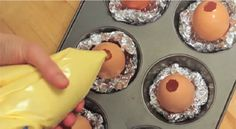 Elle verse de la pâte à gâteau dans des coquilles d'oeufs! Le résultat est épatant!