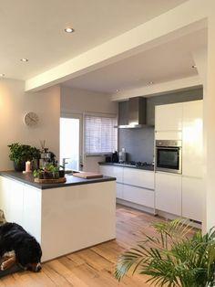 Binnenkijken bij Bouwina! - Jellina Detmar Interieur & Styling blog Beautiful Kitchen Designs, Beautiful Kitchens, Rustic Kitchen Decor, Kitchen Interior, Grey Kitchens, Cool Kitchens, Free Kitchen Design, Kitchen Gallery, Kitchen Themes