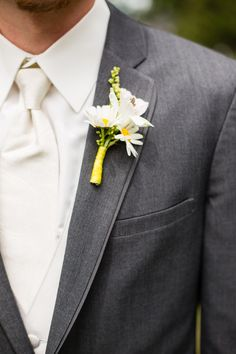 Daisy Boutonniere|Sweet Yellow & Grey Barn Wedding|Photographer: Miranda Lynn Photography