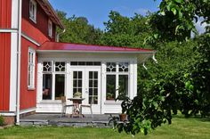 Though historic within concept, this pergola may be going through a modern day renaissance these Swedish Cottage, Red Cottage, House With Porch, House Roof, Porches, Porch Veranda, Outdoor Rooms, Outdoor Decor, Cottage Renovation