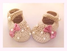 Cute crocheted Babyshohe. Master's handmade; soft baby yarn. It is perfect gift for a new mom.  Washable: max 30°C .