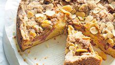 Sezona rebarbory je krátká a určitě by byla škoda ji pořádně nevyužít. What Is Baking, Real Baking, Chef Recipes, Baking Recipes, Dessert Recipes, Desserts, Fall Recipes, Rhubarb Crumble Cake, Baking School