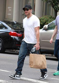 "Jake Gyllenhaal in the Air Jordan 1 ""Barons"" Jake Gyllenhaal, Gorgeous Body, Gorgeous Men, Nike Fashion, Mens Fashion, Celebrity Sneakers, Summer Outfits Men, White T, Moda Masculina"