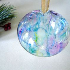 How to Colour Glass Ornaments with Sharpies - http://www.holiday-crafts-and-creations.com/easy-to-make-christmas-ornaments-swirl.html