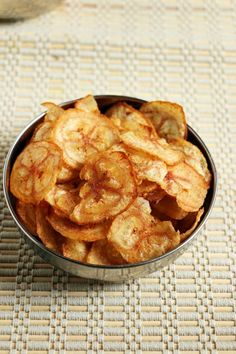 Banana chips recipe with step by step photos. learn how to make very crispy and tasty banana chips with this easy recipe! Raw Banana, Banana Chips, Delicious Vegan Recipes, Yummy Food, Tasty, Plantain Chips Recipe, Low Calorie Recipes, Appetizer Recipes, Appetizers