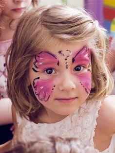 Un classique des fêtes pour enfants, le maquillage papillon ! Les petites filles l'adorent. Voici une version simplifiée mais toute aussi jolie. Butterfly Makeup, Butterfly Kids, Kids Makeup, Face Makeup, Day Makeup Looks, Circus Baby, Celebrity Makeup, Childrens Party, Water Nails