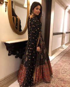 We are in love with this look of zaira 😍 What you think ? Indian Bridal Lehenga, Pakistani Wedding Dresses, Pakistani Outfits, Indian Outfits, Stylish Dresses, Simple Dresses, Fashion Dresses, Indian Designer Outfits, Designer Dresses