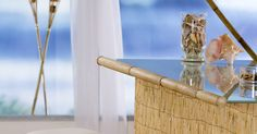 Como construir um Tiki Bar em bambu. Um bar tiki feito em varas de bambu acrescenta um toque divertido a qualquer festa ou evento que você faça no exterior da casa. O bar consiste em placas de madeira compensada ligadas na forma de um U e com um balcão na parte de cima. As varas de bambu, como por exemplo, aquelas que você usa para as cercas ou para cobrir paredes, têm o tamanho e a ...