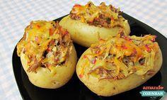 Batatas recheadas com carne desfiada e queijo