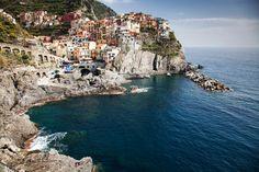 Picturesque village of Manarola on the Cinque Terre coast   © melis/Shutterstock