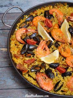 """Pour les amateurs de La Paëlla, l'emblématique et célébrissime plat de riz Espagnol, la star de la """"Sea food"""" voici la recette simplifiée et facile, à la portée de tout le monde que vous soyez expert ou novice en cuisine. Pour 8 parts: 2 oignons coupés..."""