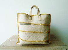 黄色い糸のボーダーバッグ