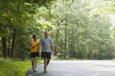 Mini trampolín contra caminata a paso ligero. Tanto caminar como saltar en un trampolín quema calorías y mejora la circulación sanguínea y la salud de tu sistema cardiovascular. Pero caminar y rebotar, el ejercicio en un mini trampolín, afecta a tu cuerpo de diferentes maneras. Caminar es un ...