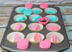 How To Make Gender Reveal Cupcakes! Baby shower and gender reveal party ideas. These are so fun and so easy! DIY Baby Shower and Gender Reveal Cupcakes homemade recipe! Heart shaped pink and blue centers.