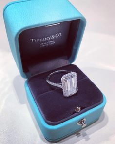 Idée et inspiration Bague Diamant : Image Description Tiffany Emerald Soleste Emerald Cut and the right color box to get the yes you're looking for… Agree? Dream Engagement Rings, Engagement Ring Cuts, Tiffany Engagement Rings, Radiant Cut Engagement Rings, Tiffany Rings, Solitaire Engagement, Ring Set, Ring Verlobung, Diamond Wedding Rings
