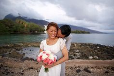 Tropical destination wedding at Olowalu Plantation House in Olowalu, Hawaii - photos by Anna Kim Photography | junebugweddings.com