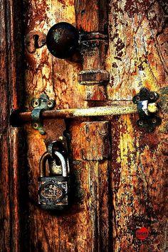 CLOSED DOOR rusty & rustic & rugged…closed makes me think of an ancient world, what do you think? Les Doors, Windows And Doors, Cool Doors, Unique Doors, Door Knobs And Knockers, Old Keys, Door Detail, Door Furniture, Door Locks