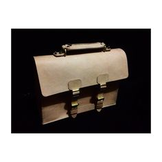 Nilai sebuah karya diukur dari sejauh mana ia bisa menciptakan sebuah estetika. #leather #leatherart #leathercraft #leathergood #leathergoods #briefcase #mocca #handsewing #kulitnabati by iyan.kinul #tailrs