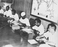 O Presidente Ahmed Sekou Touré rodeado pelos membros da direcção do partido e do governo durante a reunião com os membros do governo da República da Guiné-Bissau.