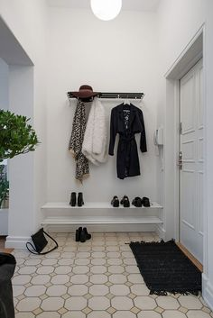 Finest DIY Hat Rack Ideas for Your Hat Organizer Have you found the best way to organize your hat collection? Whether you prefer a holder, hook, or stand, this DIY hat rack ideas is something you must see! Entry Stairs, Entry Hallway, Entryway, Hallway Inspiration, Interior Inspiration, Scandinavian Interior Design, Scandinavian Style, Diy Hat Rack, Garment Racks