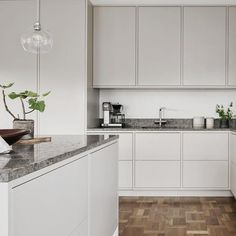 Grey kitchen ideas brings an excellent breakthrough idea in designing our kitchen. Grey kitchen color will make our kitchen look expensive and luxury. Kitchen Furniture, Kitchen Interior, New Kitchen, Kitchen Dining, Kitchen Decor, Furniture Stores, Kitchen Island, Cheap Furniture, Nordic Kitchen