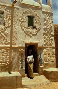 Hausa architecture (Tubali in Hausa language), found in Senegal and Mauritania in West Africa to Sudan in East Africa Art Et Architecture, Vernacular Architecture, Amazing Architecture, Architecture Details, Ancient Architecture, Out Of Africa, East Africa, Kenya Africa, Nigeria Travel
