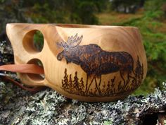 This traditional wooden cup from Lapland is a constant faithful companion for trekking because it can be fixed by its leather strap comfortably to your belt or backpack. It need not be washed , but be Moose Pictures, Animal Pictures, Bushcraft, Diy Arts And Crafts, Wood Crafts, Lappland, Power Carving Tools, Kuksa Cup, Wood Projects