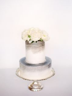 White and gray cake with white flowers | Photography: Clary Pfeiffer - claryphoto.com