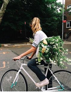 Gros bouquet de fleurs et vélo pignon fixe See other ideas and pictures from the category menu…. Faneks healthy and active life ideas Outfit Con Short, Go Feminin, Selfie Foto, Happy Week End, Cycle Chic, No Rain, Mode Inspiration, Summer Vibes, Summer Days