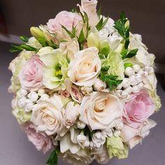 Something to brighten up the greyest of Fridays. Bouquet by @radann45 #meijerroses #flowers #flowerstagram #flowerpower #weddings #weddinginspiration #flowerslover #weddingflowers #weddingideas #bride #flowermagic #weddingday #weddingstyle #weddingtime #weddinginspo #weddingseason #bridetobe #photooftheday