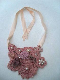 Maxi Colar feito em croche com linha de algodão, aplicações em pérola, botões e fitas. R$40,00