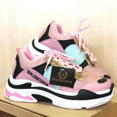Each season, luxury designer brands release designer sneakers that are rich in signature styles and appealing colors. To create a contemporary fresh look Girls Sneakers, Girls Shoes, Sneakers Fashion, Fashion Shoes, Shoes Sneakers, Fashion Trainers, High Fashion, 1940s Fashion, Fashion Men