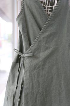조끼형앞치마(바이오린넨) 사계절린넨원단으로 제작된 조끼형앞치마에요 사이즈는 5566프리/77/88(비용추가... Simple Dresses, Dresses For Work, Japanese Apron, Lino Natural, Diy Clothes, Clothes For Women, Korean Dress, Apron Dress, Pinafore Dress