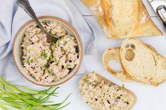 Op zoek naar een makkelijke en lekkere tonijnsalade en weinig tijd? Deze salade is klaar in een handomdraai en heerlijk op bijvoorbeeld een stokbroodje! Tapenade, Brunch, Types Of Food, Lunches, Hummus, Pesto, Food And Drink, Snacks, Ethnic Recipes