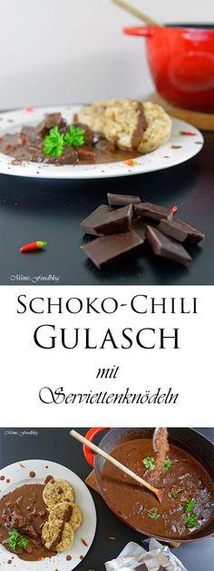 Schoko-Chili Gulasch mit Serviettenknödel ist ein Schmorgericht mit zartem Rindfleisch. Die Zartbitterschokolade verleiht dem Gericht eine wunderbare Note.