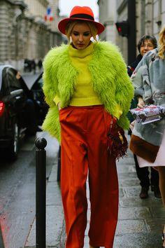 Mezclar en un look dos colores muy intensos? Está claro que funciona. La clave, usar para el contraste colores complementarios y si mezclamos tonos, como el verde de la chaqueta y el amarillo del jersey que se encuentren dentro de una misma gama.