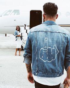 Give em the finger jean jacket for him ariana grande custom denim jackets with art jean jacket etsy Painted Denim Jacket, Painted Jeans, Painted Clothes, Moda Indie, Denim Kunst, Jean Jacket Design, Jean Vintage, Custom Clothes, Diy Clothes