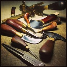 匠心匠客 手工皮具牛人Simaprague | showbagnow Leather Working Tools, Leather Craft Tools, Leather Crafts, Leather Projects, Leather Tooling, Leather Wallet, Wooden Tool Boxes, Leather Workshop, Tool Shop